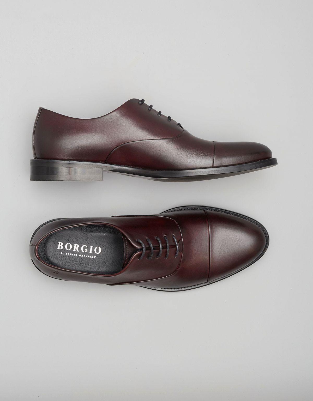 Bordowe oxfordy - propozycja butów do granatowego garnituru