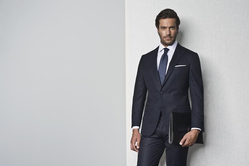Granatowy garnitur - uniwersalny strój na rozmowę kwalifikacyjną dla mężczyzny